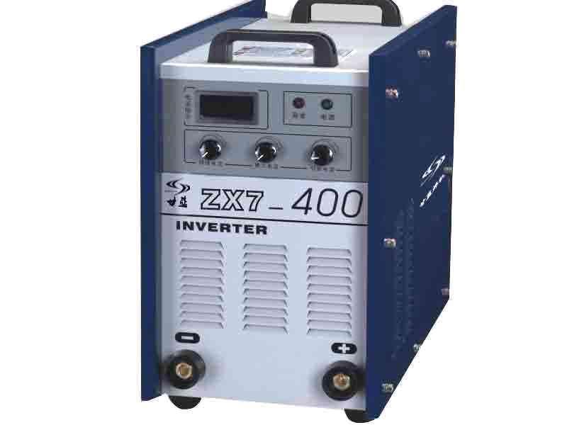比价购物电子板的那种直流电焊机改造成冲电机, 现在电焊机输出电压。 买一个电动车上的1http://www.yuancailiao.net/trade/offerdetail-5459246.aspx2 V 开关电源直接接电焊机,输出就是12 V 简单,效率还高 次级线圈等分6份,如果负载电流不大于原电流,任意取一份输出就可以了;否则改成同相并联 如果自己有能力可以把内部线路改一下即可(可控硅整流焊机)。 将硅整i流部分淘汰,将电焊机次级绕组拆除并记录总匝数,计算匝数:每伏匝数=总匝数/76重绕12V匝数